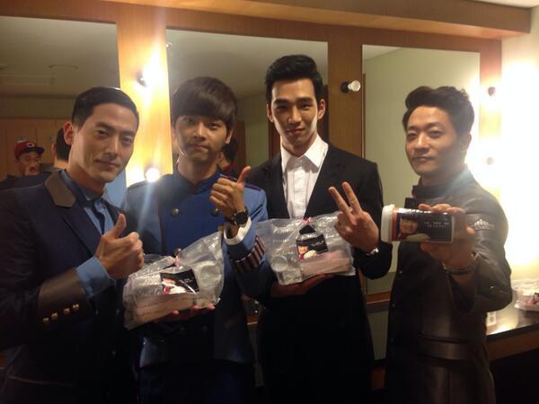 Vixx의 노아군의 팬들이 간식을!  고마워! 난 다칠준비가되있어! http://t.co/w3HQk5IqGC