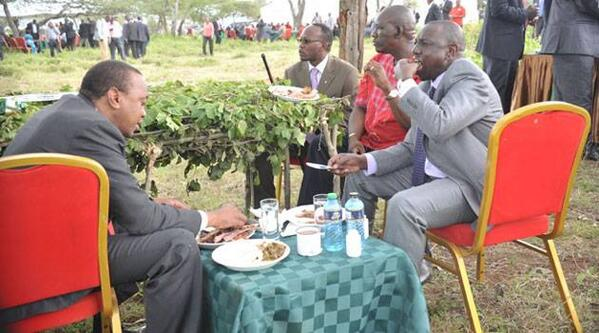 President Uhuru and deputy Ruto enjoy lunch under a tree in Kajiado during his return from a two-day trip to Arusha http://t.co/fsmUXoVltY