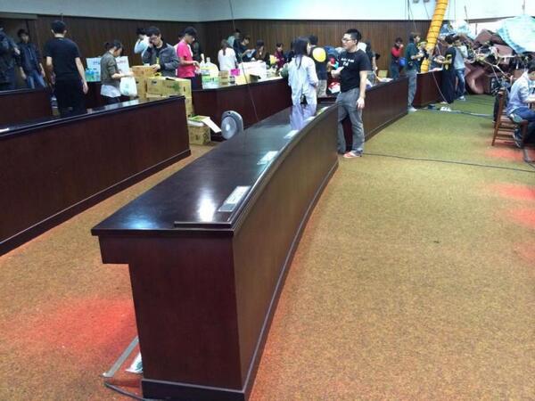 台灣佔領立法院的人當中究竟有幾個是處女座的,竟把地掃得這麼乾淨 http://t.co/JQhEaVAyiY