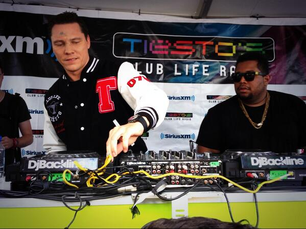 Finishing strong, bea. @djcarnage hands the tables off to @tiesto for an epic final hour. #Ultra2014 http://t.co/hbHJtfiPaO