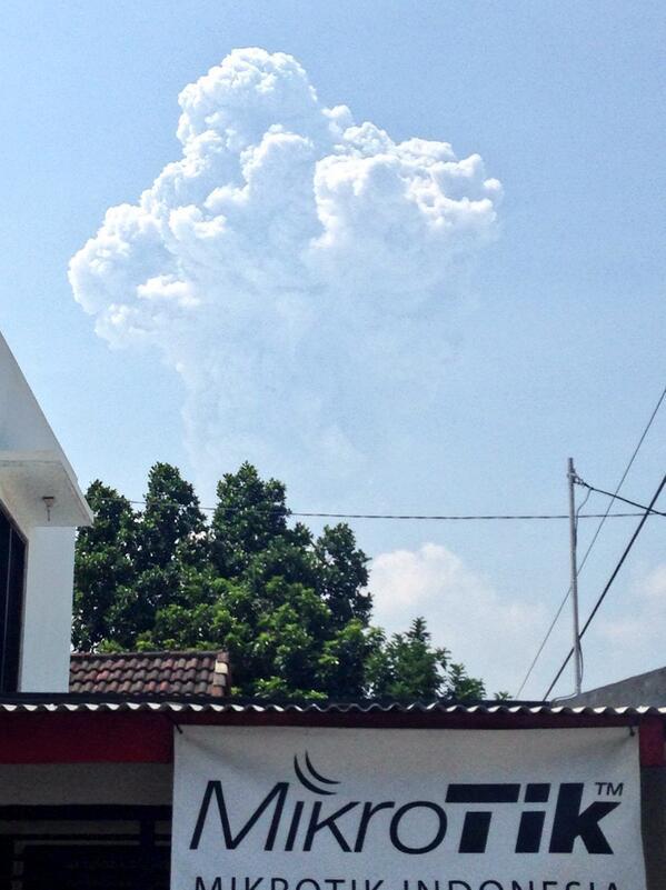 Letusan Gn Merapi siang ini. 27 Maret 2014 sekitar 13.22 wib. http://t.co/HhcumCuddG