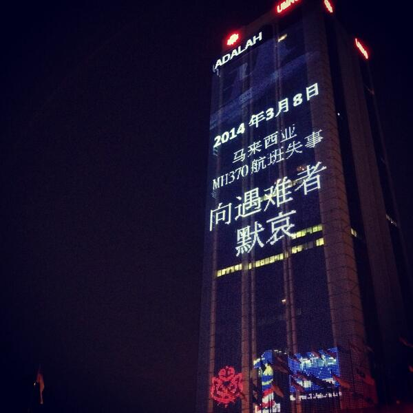 "#Malaysia #UMNO Tower lit up 2nite in #Chinese: ""8.3.2014 Our condolences to the victims of #MH370"". @HishammuddinH2O http://t.co/Mjv0aEbkEw"