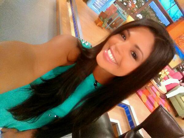 Carla Aranguren (@carladeportes): Ya vienen los deportes! Aqui está mi #selfie @DespiertaAmeric Yo estoy feliz y tu? #juevesfeliz http://t.co/WlbmkBfA6q