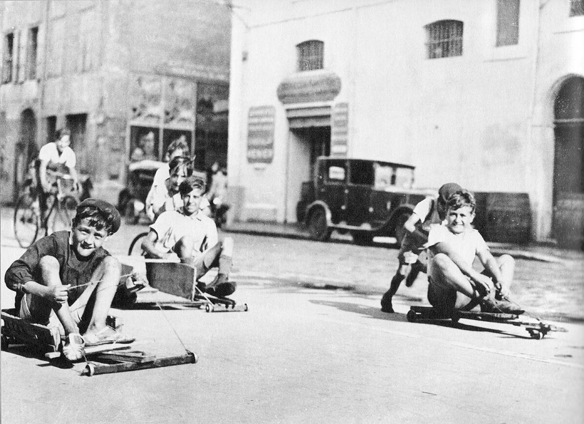 Les minots de #Marseille en planches à roulettes (sans doute après 1929) sur l'actuel cours d'Estienne d'Orves http://t.co/pqst9Zj5Zk