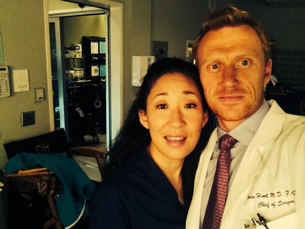 Hi from set from me n Sandra ! Hope your surviving the roller coaster @GreysABC x http://t.co/0y0ghg6sQY