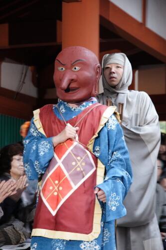 今日の写真は、 5月4日~5月5日、薬師寺(奈良市)で毎年開催される「玄奘三蔵会大祭」です。 玄奘三蔵の旅の物語を、天理大学の伎楽[ぎがく]が演じられ、玄奘三蔵役は、狂言の茂山逸平さんや、榎木孝明さんなどが演じて来られました。 http://t.co/gAe12sTIRZ