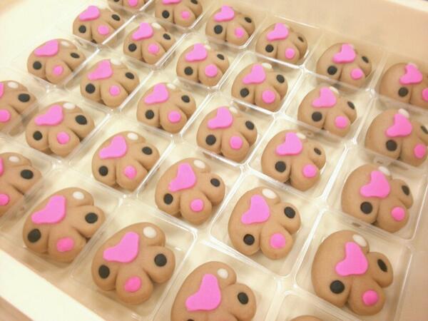 大阪阪神百貨店の猫フェスの商品作りなう 肉球生菓子きな粉味 4/22-4/28来てくださいね(^ー^) http://t.co/J2olM1OWSr