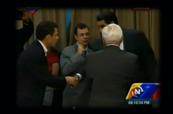 LaIguanaTV (@la_iguanatv): Presidente Maduro le dio la mano nuevamente a Capriles en Miraflores http://t.co/nYlOH58sy3 #DialogoMaduroPorLaPaz http://t.co/HHDT0Ygg2X