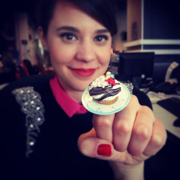 Morgan Hoffman (@morganhoff): GIANT cupcake ring. Wish it smelled like a cupcake. #foodjewelry #torontocomicon http://t.co/0NOTUMWayC