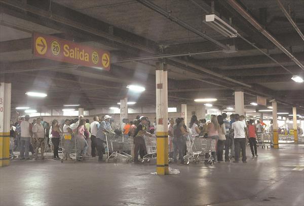 Más de seis horas en cola para comprar pollo en Bicentenario de Valencia http://t.co/FHhJS1FiXP #acn http://t.co/NzPtHHB0os
