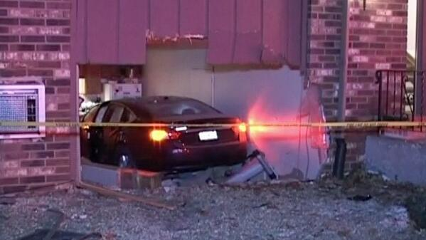 Car crashes into Northwest Indiana apartment: http://t.co/1TelaXm5Kn http://t.co/6l86ppNroS