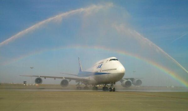"""ありがとう747!  """"@ANA_travel_info: 【B747本日退役!】 沖縄からのラストフライトを終え、羽田空港に到着しました。 放水アーチの歓迎を受けています! 虹も出ています!  #B747 #ありがとう747 http://t.co/XbSZRC5l35"""""""