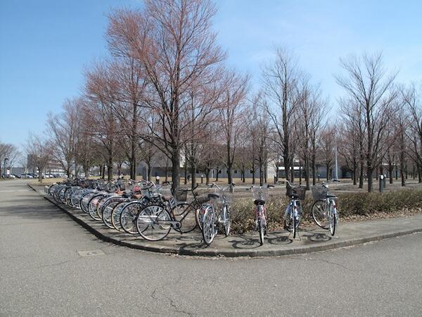 新入生の皆さんは初日だから分からなかったのだと思いますが、ここは歩道でーす。専用の駐輪場がありますので、次からはそちらに駐めてくださいね。それにしてもキレイに整列していなぁ。その点はエライと思います。^^; http://t.co/pdqOAZJXSC