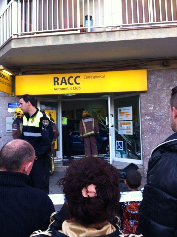 Un conductor sense carnet s'ha estampat contra una autoescola a Viladecans http://t.co/5r12XYXCsP http://t.co/2nHcC0pCGU