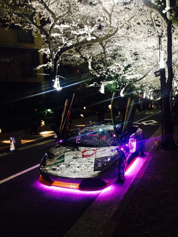 六本木の桜スポットに、気の狂った鏡面ランボルギーニが。サクラの写り込みがすごいw http://t.co/mdF38olmRr