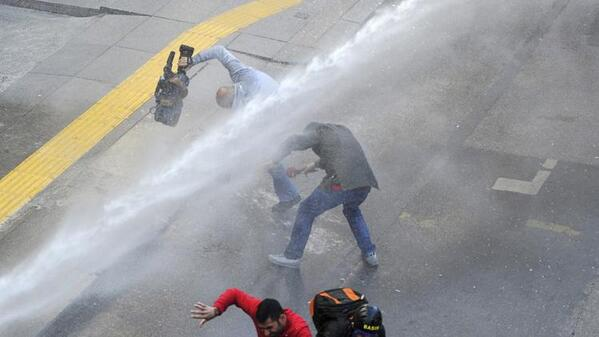 """@Giorossom: RT @AnahisCruz: Fuerzas policiales atacan a la prensa con Ballena http://t.co/1kmxgwCYt6"""
