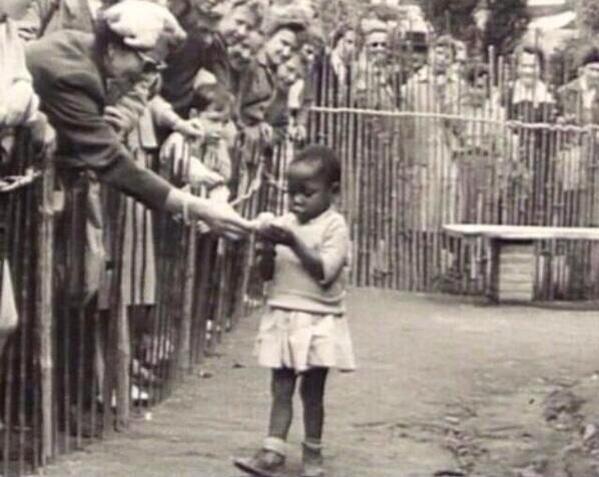 """مثل مايحدث في حدائق الحيوان"""" ولكن بدل الحيوانات بشر من أعراق مختلفة ليتم عرضهم علي الجمهور البلجيكي #غرد_بصورة http://t.co/UkQmXQLTv5"""