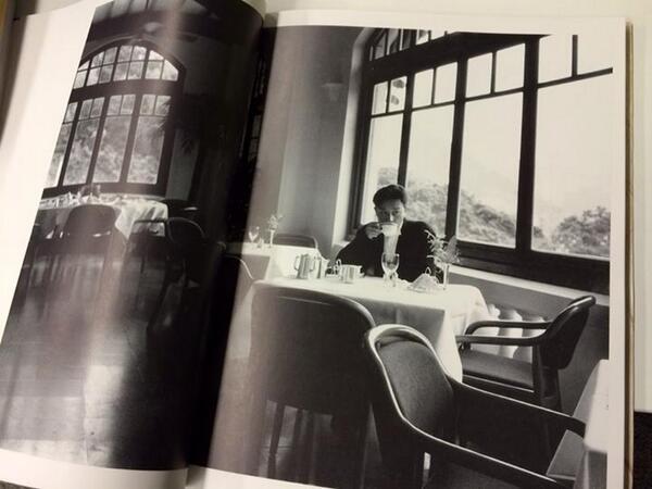 """經典照片 👍 """"@Kli: 張國榮與淺水灣酒店,那些年的香港。 http://t.co/ToX9igvKXf"""""""
