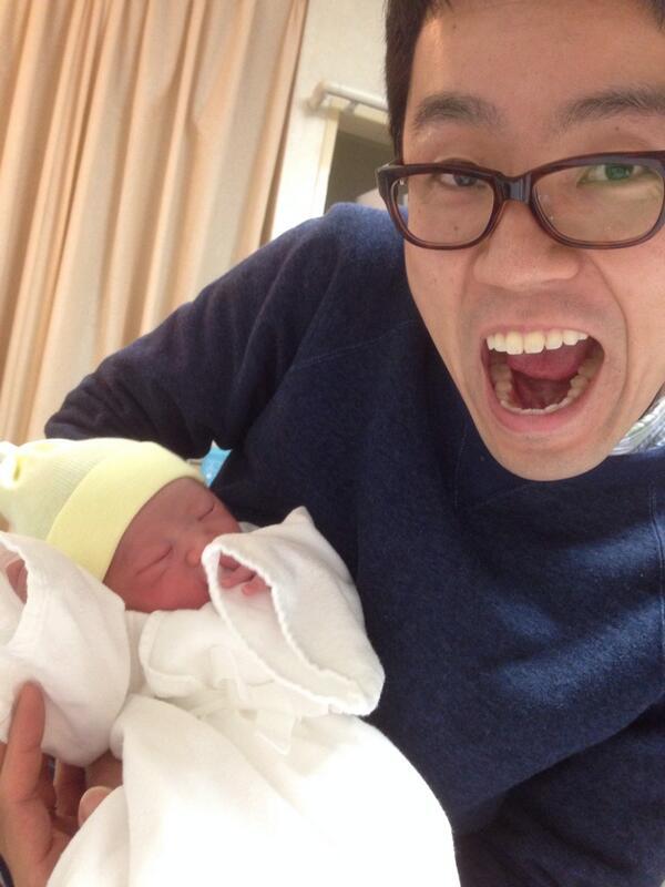 おはようございます! みなさまに、ご報告です! 昨夜、僕の子供が産まれました! 僕に似た元気な男の子ですー! 詳しくは、ブログの方に書かしてもらいましたー! http://t.co/9L8EsH9Mno パパ、がんばります!! http://t.co/Cz6goYBZ0E