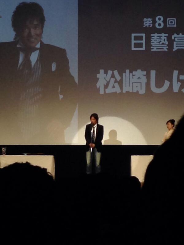 本日、日本大学芸術学部入学歓迎式。今年の日藝賞は松崎しげる氏と坂田栄一郎氏。松崎氏の受賞風景。 http://t.co/YRJhrcku5p