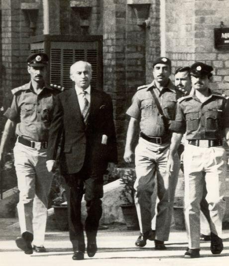 Our pictorial on #BhuttoInCourt. Jis dhaj se koee maqtal meiN gya Woh shan salamat rehti hai http://t.co/P8IJhqQFZR . http://t.co/Ngh9mFJxtq