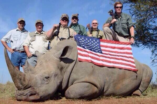 저 호로 잡놈들의 삼족을 총으로 멸하고 싶군요QT @gombury: 코뿔소를 총질로 죽여놓고 인증샷...성조기까지 동원해 야만이하의 저질 퍼포먼스를 자행하는군요. 일부 미국인들의 민낯을 고발합니다! http://t.co/rPKqIjm5of