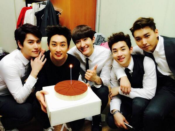 RT @2NEXOLOVER: #Eunhyuk celebrates his birthday with Super Junior-M members and tiramisu cake http://t.co/mnO68sMq8s