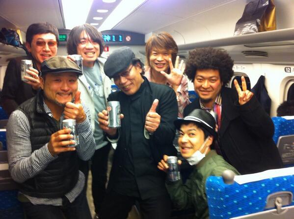 レキシ&ハナレグミ@大阪野音、大盛り上がり!の帰りの新幹線、まさかの!吉田類さんと同じ車両に!! ご好意でパチリ!美味しいお酒だー!! http://t.co/ZfjAyEGgHu
