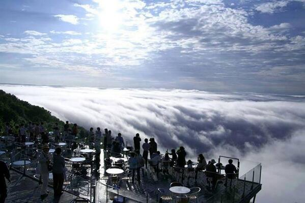 There's a resort in Japan located on a mountain peak from where you can see a sea of clouds floating below you. http://t.co/htPf0YoTKE