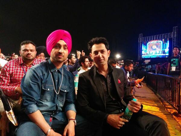 Best of friends Gippy Grewal & Diljit Dosanjh at the #PTCPunjabiMusicAwards @diljitdosanjh @igippygrewal http://t.co/qtKBgsyFJT