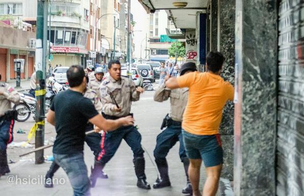 Hoy en Chacao nadie estaba protestando, igual a las 5:30pm llegó la PNB a reprimir a los que caminaban por ahi http://t.co/D8CJeOhptp