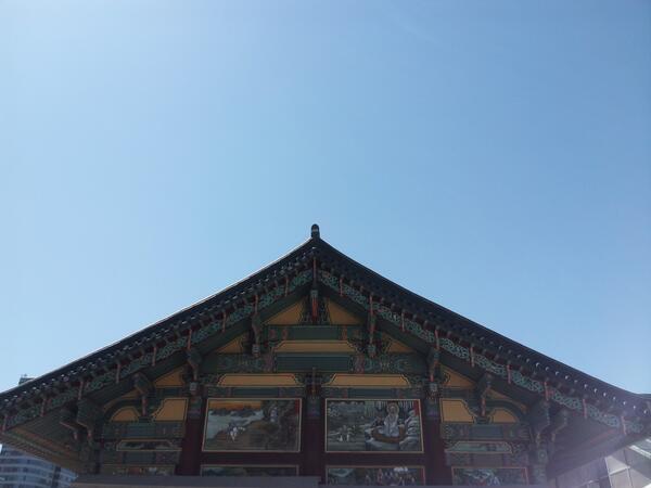 푸른 하늘은 언제나 머리 위에, 든든한 땅은 발아래 늘 있건만, 가끔은 잊고 살 때도 있습니다.   무엇을 딛고 있는지,  무엇을 하고 있는지...  참 좋은 날입니다.... http://t.co/CzHsxSW9k3