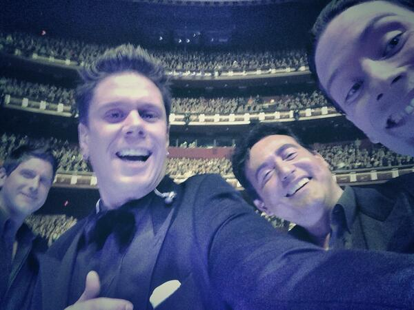 #selfie at the Dolby Theater.  #LosAngelesyouROCK!  Only person missing...#adeledazeem Seriously tho thank you LA!!! http://t.co/3I1uU68BFQ