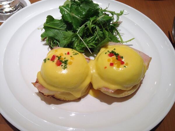 test ツイッターメディア - サラベス@東京 【クラシックエッグベネディクト】 朝食の女王と呼ばれているサラベス。美味しすぎました!綺麗な黄色いソース。ナイフをいれると、とろっと流れ出すたまご。その下には味がしっかりしたベーコンとカリカリのパン。本当に絶品です♪ https://t.co/2SERuXHy3u