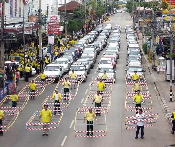 Das Gehzeug: Visualizing if pedestrians took up the space of a car http://t.co/9Mkn1jAQSW  h/t @mudede http://t.co/PqaprUyC7d