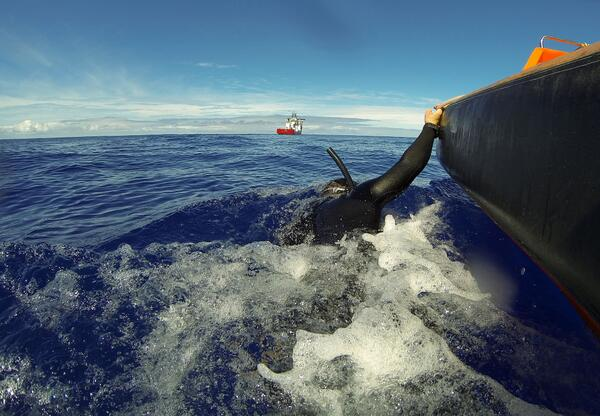 Amazing image of Royal Australian Navy diver Michael Arnold searching for #MH370 debris. More: http://t.co/JPVL66Ri1G http://t.co/bJWfJLTWDR