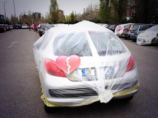 """LOL, Fiat pakt auto's in van medewerkers die geen Fiat rijden met de boodschap: """"je breekt onze harten"""" http://t.co/IoRlVNzbpm"""