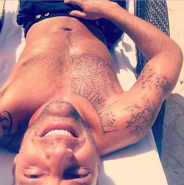 RT @MaleCelebsUK: What a gorgeous guy @ricky_martin is. Oo la la! We like. http://t.co/X36DYskCxj
