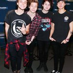 I cant be the only one who loves it when luke stands like that while taking photos http://t.co/5Bfe3nXKie