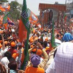 The Modi moment from #banaras. Another image from his roadshow. Near hysteria among supporter http://t.co/C0FJXVQcEt