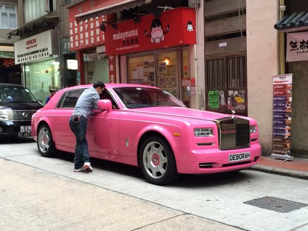 You know u are back in HK when u see a pink Rolls Royce parked outside a noodle shop http://t.co/INZKZ2SXK3