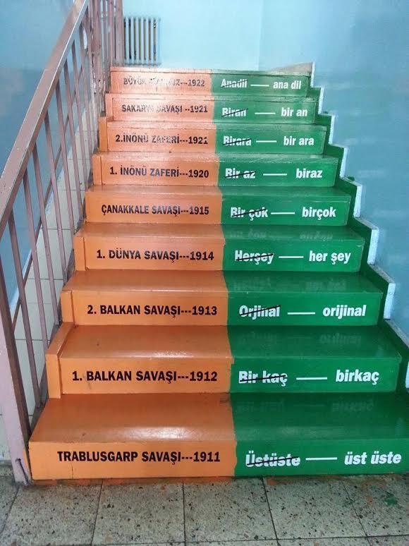Hiçbir okulun merdivenleri daha önce bu kadar anlamlı kullanılmamıştı! http://t.co/047fC7V9IG http://t.co/vioaNNP02q