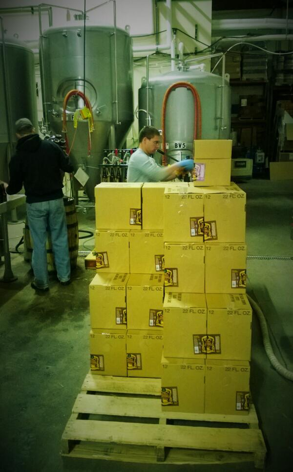 Bottling up more #BigShot Espresso Stout - the gold standard of #coffeebeer!  #craftbeer #Colorado #staytwisted http://t.co/FmpKbRQpBZ