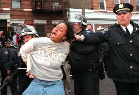 NY市警 「警官と一緒に写った写真を投稿してネ!(ゝω・)v」 → 警官による暴行写真が続々と集まる