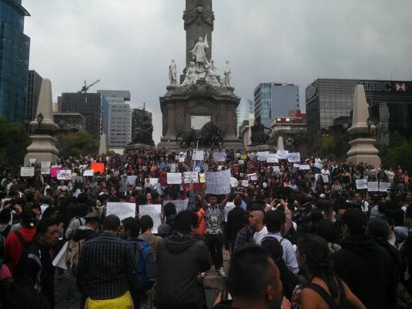 Alrededor de 400 personas, en su mayoría jóvenes, reunidas en contra de la censura de internet #EPNvsInternet http://t.co/xFmIm0x55p