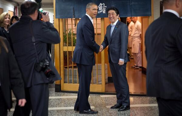Pres. Obama & PM Abe shake hands at Jiro> http://t.co/ybFDeHmhYm W/them for dinner: US Amb @CarolineKennedy & Nat'l Sec Advsr Susan Rice.