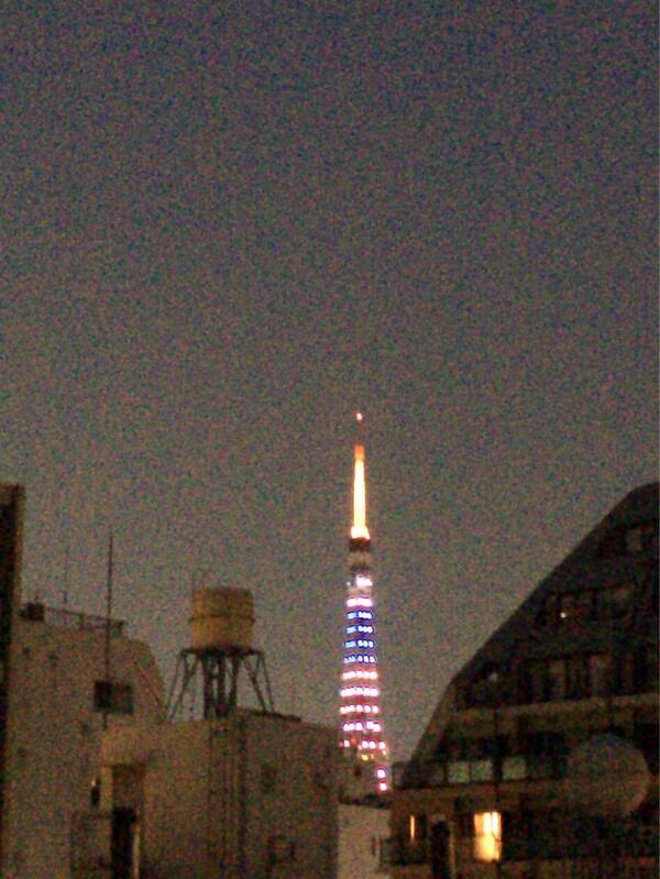 オバマ大統領の来日を歓迎して東京タワーが星条旗カラーにライトアップしてる( ´ ▽ ` )ノ http://t.co/vJkRdAr8OE