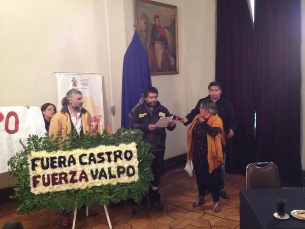 """Rt""""@holajavier: Funa en el consejo municipal de Valparaíso se le exige la renuncia al Alcalde #FueraCastro http://t.co/qKpxT4G5c0"""""""""""