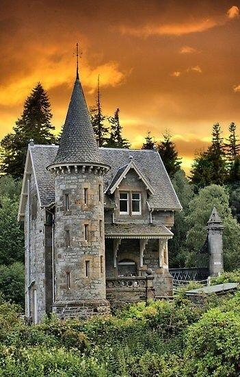 Abandoned Castle Tower home in Scotland http://t.co/9uymP9pyln