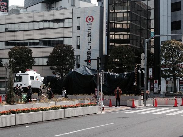 吉祥寺駅北口に「パトレイバー」の実物大模型がきています。これから起き上がるそうです。 http://t.co/1S4xvU3EIc